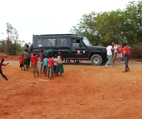 bambini-lungo-la strada-safari-kenya